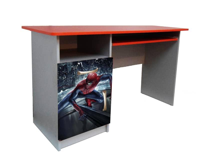 красный письменный стол человек паук
