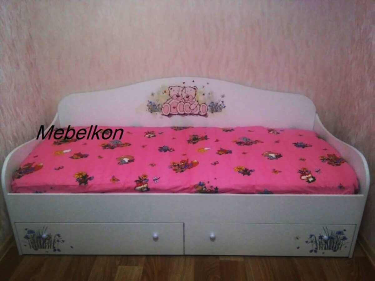 детская кровать с мишками в комнате