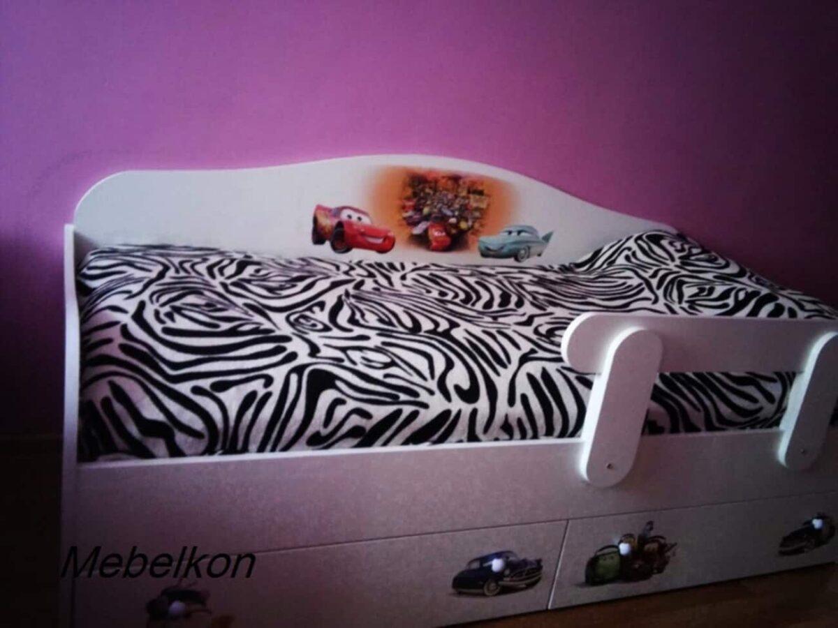 кровать диванчик тачки в комнате