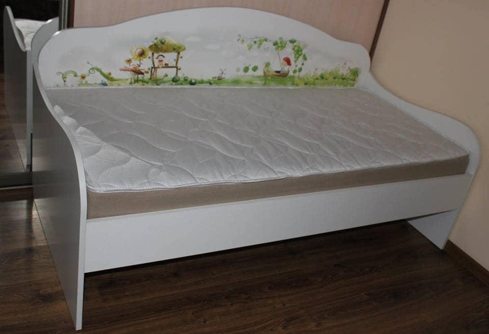кровать-диван с рисунком в интерьере
