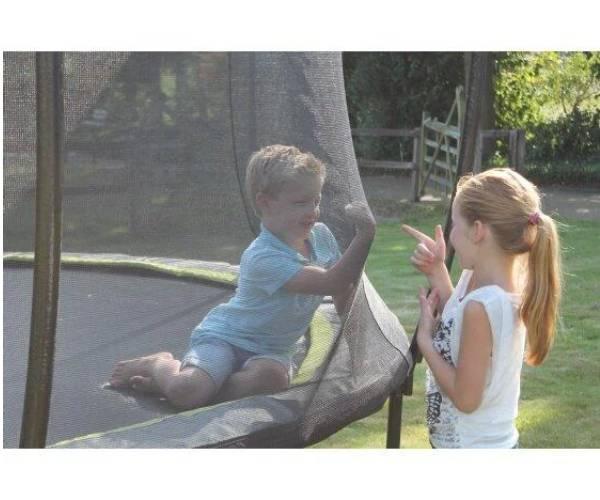 дети на большом батуте