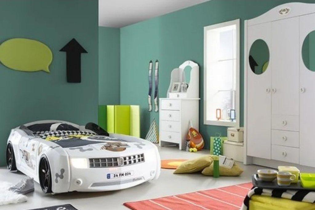 ліжко машина шевроле камаро в кімнаті