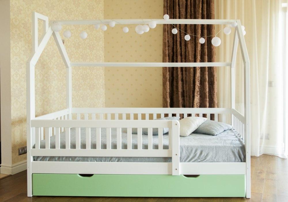кроватка домик с защитными бортиками и ящиком