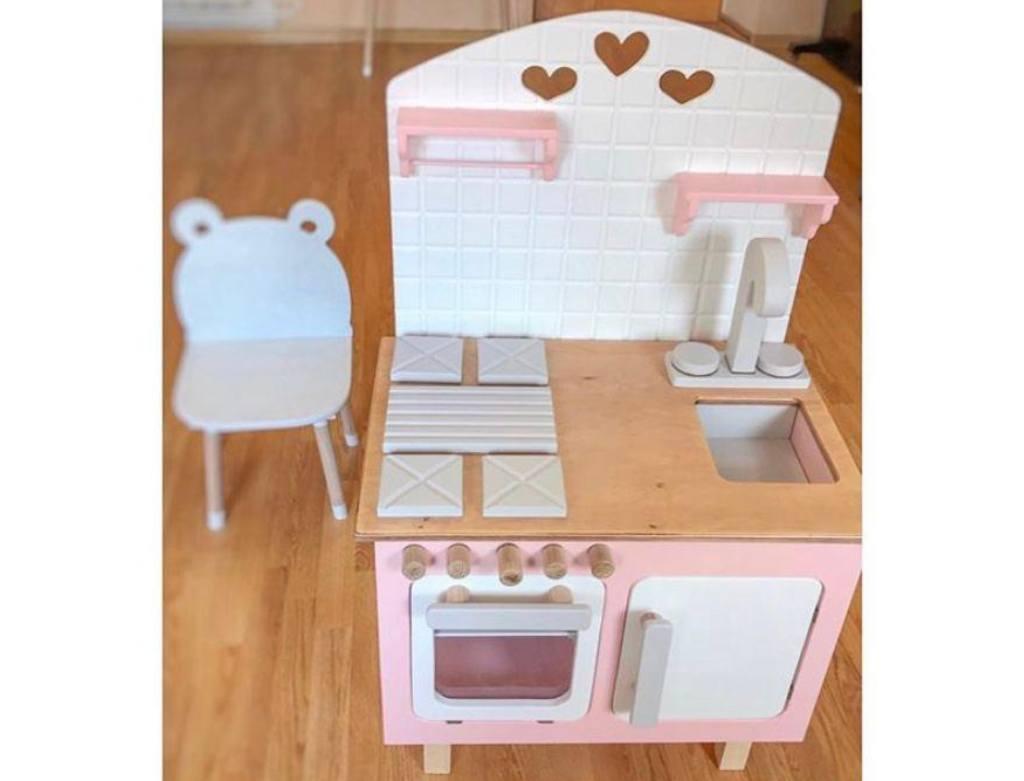 детская кухня деревянная розовая