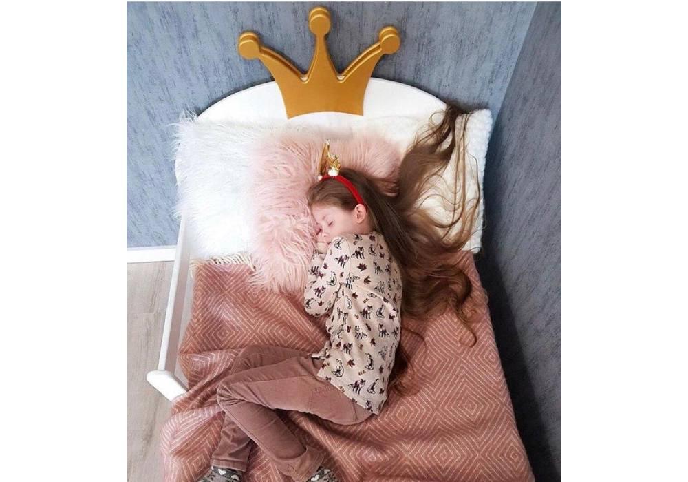 кровать корона с ящиками и девочкой
