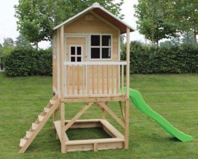 деревянный домик с лестницей и горкой