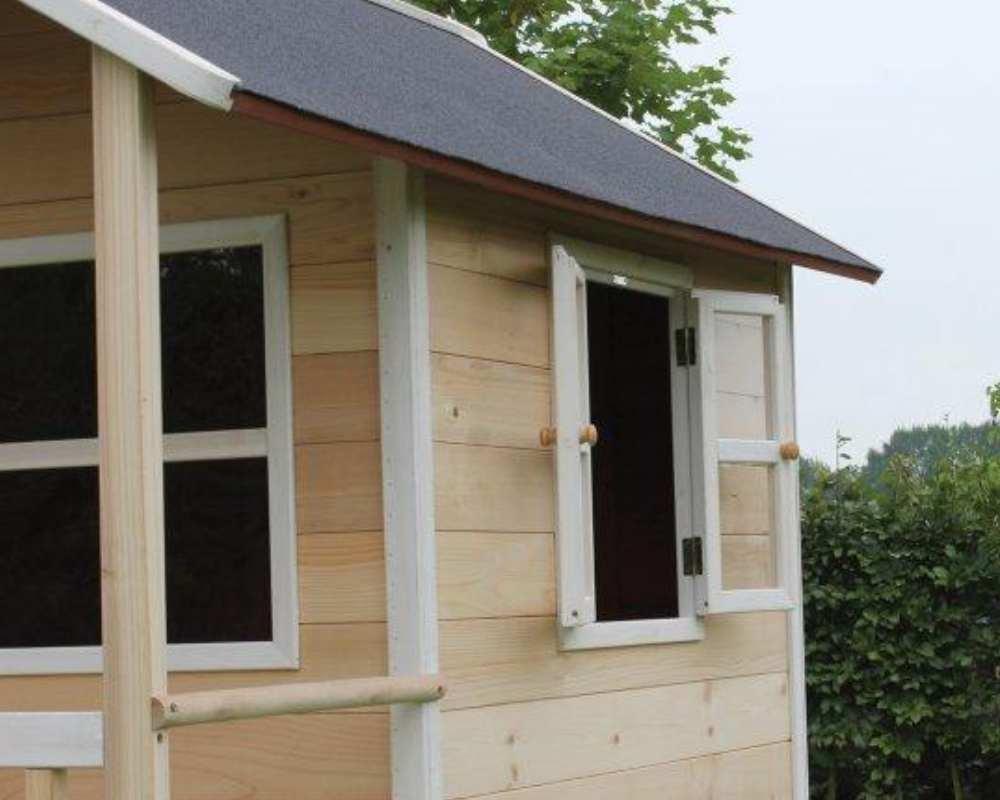 деревянный домик с окошками