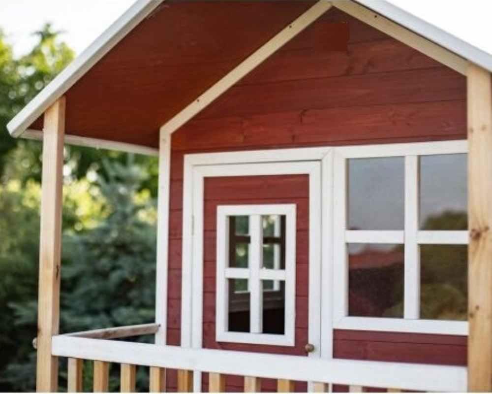 деревянный домик с окнами